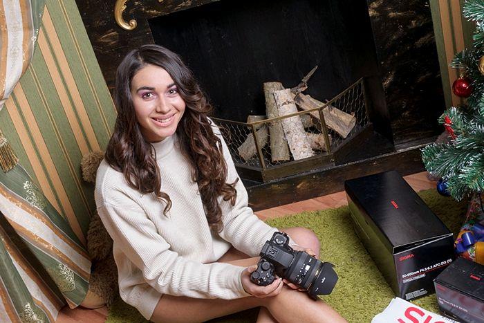 Девушка с фотоаппаратом Sigma